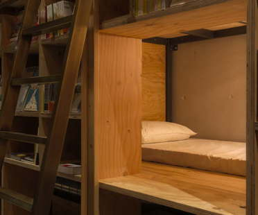 Suppose Design Office Book and Bed hotel libreria a Tokyo