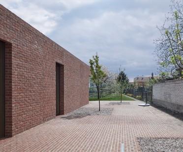 L'elogio del mattone: Brick Garden with Brick House di Jan Proska