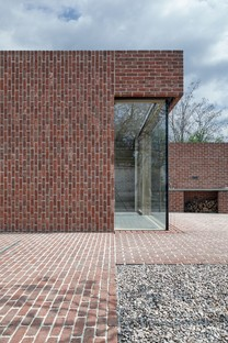 L'elogio del mattone: Brick Garden with Brick House di Jan Proska