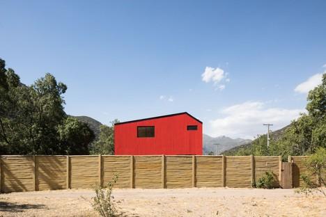 Felipe Assadi Arquitectos progetta La Roja una casa rossa tra le montagne del Cile