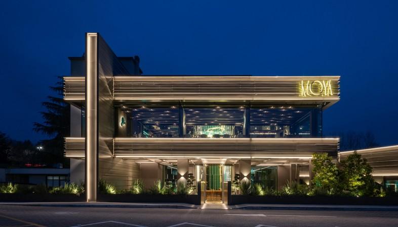 Maurizio Lai installazioni luminose e geometrie per un ristorante