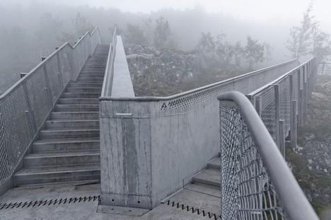 Carl-Viggo Hølmebakk ponte pedonale sulla cascata Vøringsfossen Norvegia