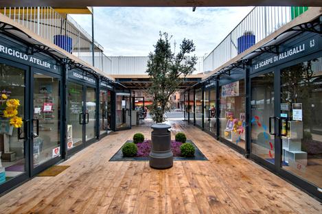 Architettura e container: Un centro commerciale a Cavezzo, Italia.