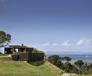 Herbst Architects: Castle Rock Beach House a nord di Auckland