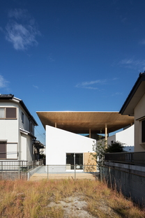 y+M design office e la Floating Roof House a Kobe