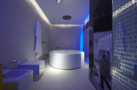 Il bagno della suite gialla con vasca centro stanza