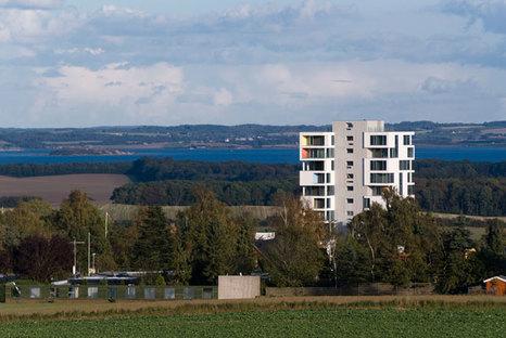 Si riconoscono i due blocchi di nuova costruzione e il vecchio silo