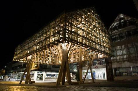 La struttura in pino illuminata di notte, Ph. Thomas Liu