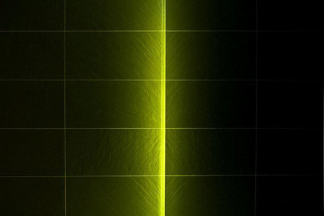 Lama di luce sul rivestimento in Black Ardesia di Ariostea