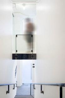 Le ringhiere in metallo grezzo sono segni grafici sulle pareti bianche