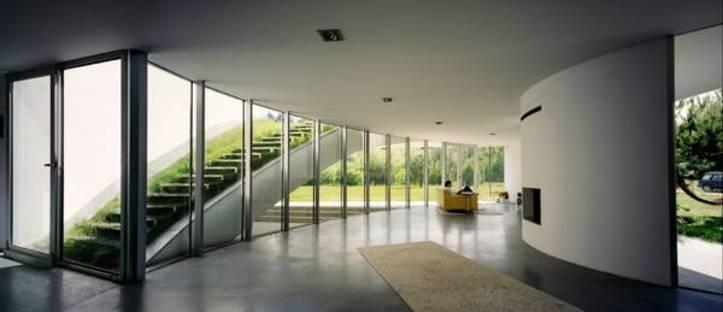 Salone con parete vetrata e accesso al tetto-giardino