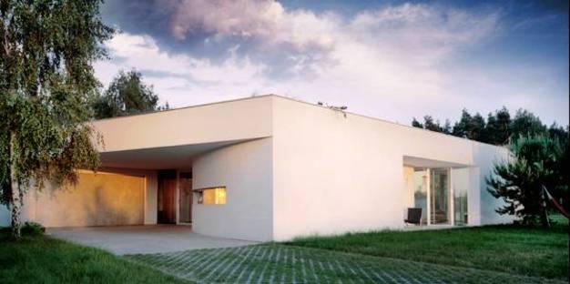 La casa è un monolite intonacato bianco