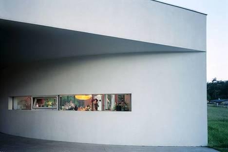 La finestra a nastro della facciata d'ingresso