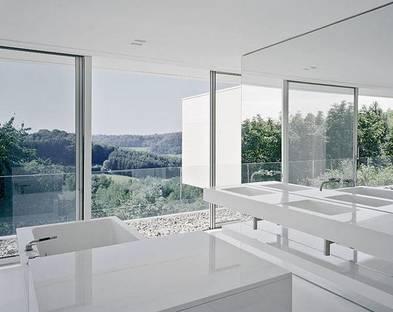 Il bagno con elementi e rivestimenti in Corian® bianco lucido
