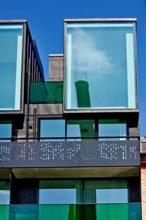 La facciata vetrata a sud