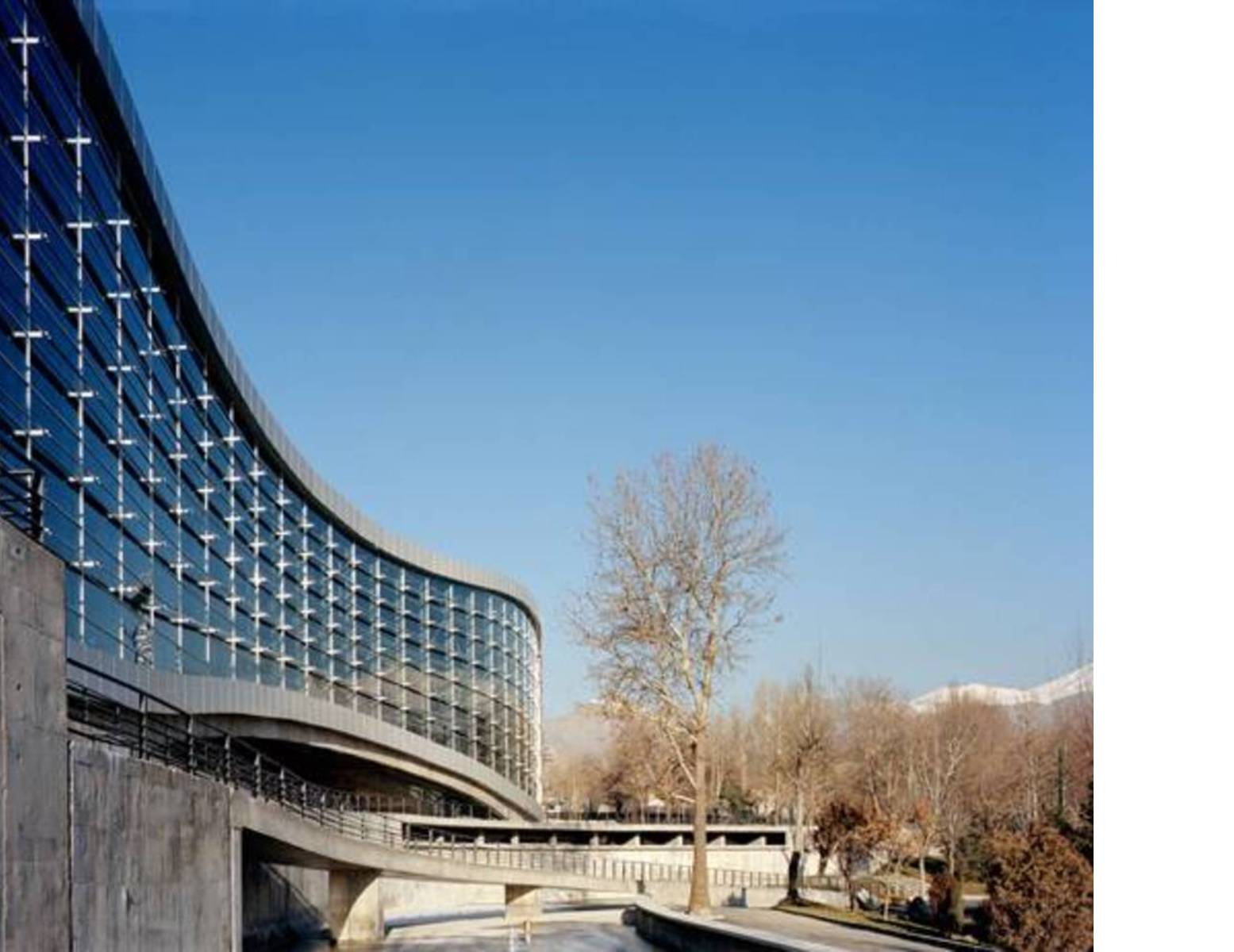 Scorcio sul complesso in cemento e vetro, Ph. Ali Daghigh