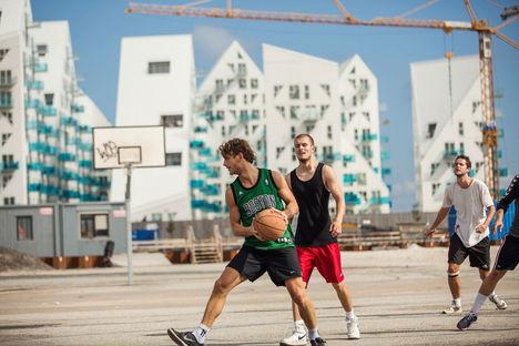 """Aarhus: """"Let's Rethink"""" – Architettura sostenibile, diversità e democrazia."""