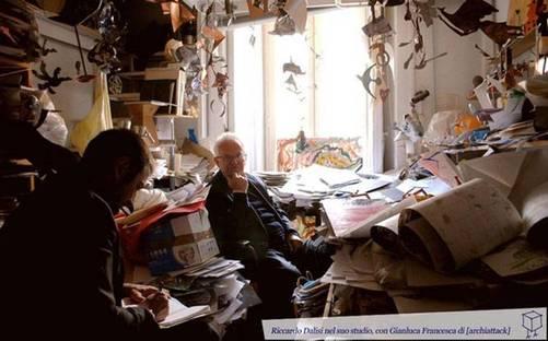 Riccardo Dalisi nel suo studio