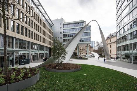 Una scultura urbana di schneider+schumacher a Francoforte