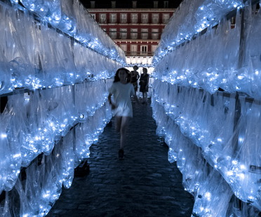 PlasticWaste Labyrinth di LuzInterruptus a Plaza Mayor, Madrid