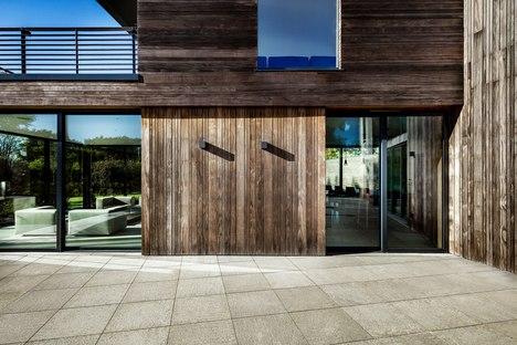 The Elements, una casa per tanti amici di AR Design Studio
