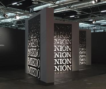 Installazione di estudioHerreros per il progetto Words di Antoni Muntadas