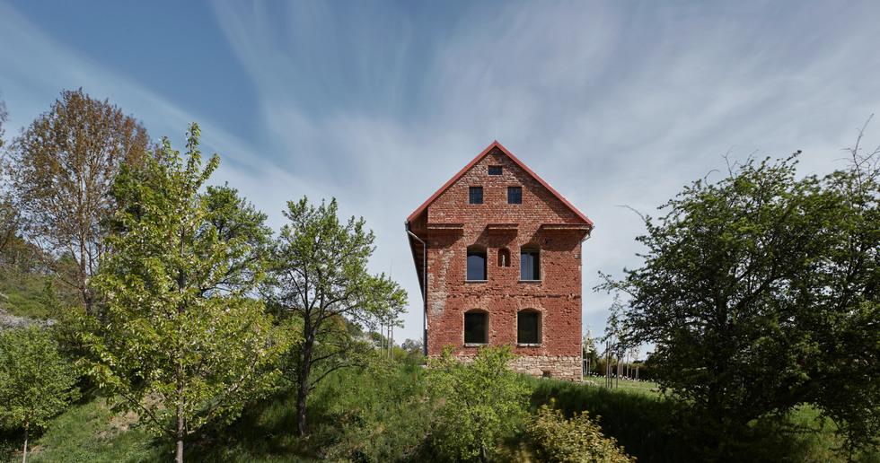 Studio ORA e la casa all'interno di una rovina
