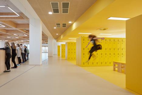 Una scuola elementare di SOA architekti con lo standard casa passiva