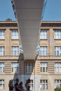 Connessioni attuali, due passerelle in vetro dello studio OV-A a Praga