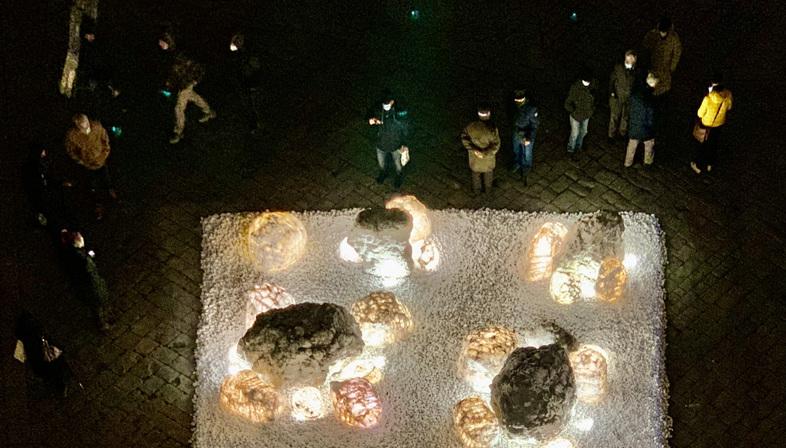 Luce e alabastro in piazza a Volterra