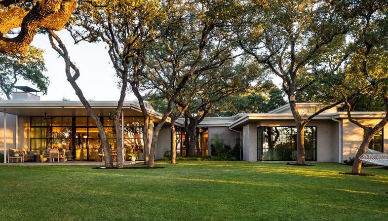 Ridge Oak Residence, la rinascita di una residenza modernista a Austin