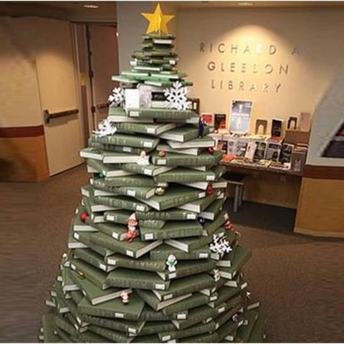 Albero Di Natale Ecologico.Un Albero Di Natale Ecologico Fatto Con Libri Di Biblioteca Livegreenblog