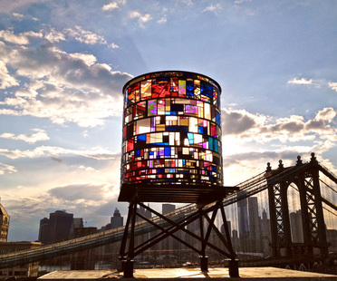 Watertower in Brooklyn. Installazione di Tom Fruin.