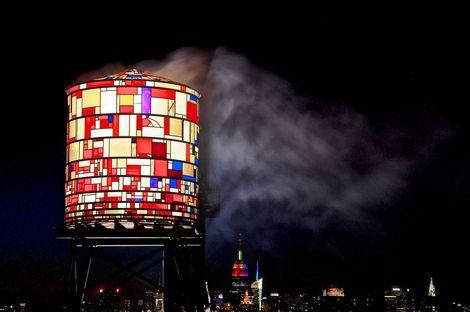 Watertower in Brooklyn. Installazione di Tom Fruin.