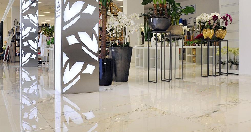 Pavimenti in gres porcellanato effetto marmo FMG per centri commerciali