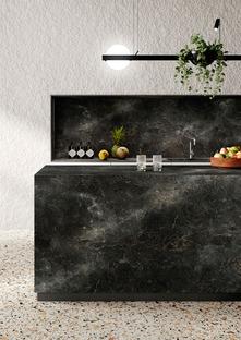 Nero e verde, colori di tendenza in cucina: Black Diamond e Alpi Chiaro Venato di SapienStone