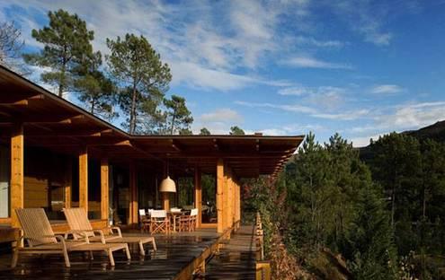 Casa di legno nella riserva di Gerês (P). Carlos Castanheira + Clara Bastai