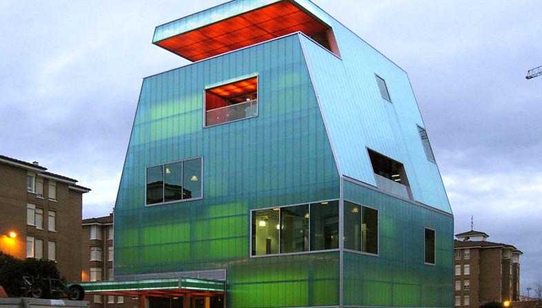 MISC arquitectos: Casa de la Juventud in policarbonato a Santoña