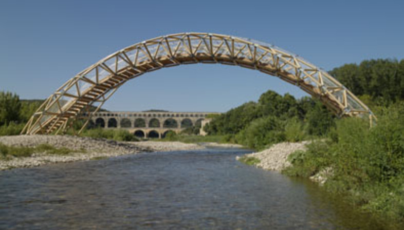 Il fratello minore del Pont du Gard è un ponte in tubi di cartone di Shigeru Ban