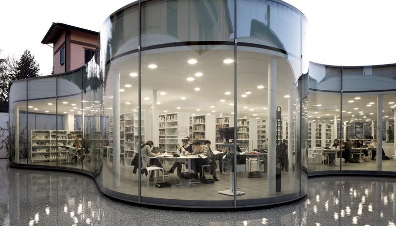 Vetrocamera curvato a caldo per la Biblioteca di Maranello su progetto di Andrea Maffei Associati