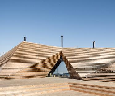 Cupola di lamelle di legno per un ristorante con sauna di Avanto Architects