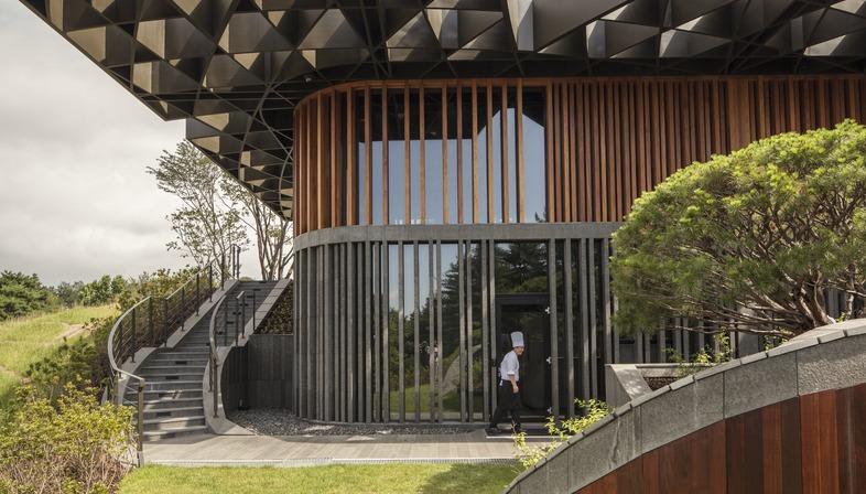 Struttura in acciaio per il tetto del Taekwang Country Club Café di Mecanoo