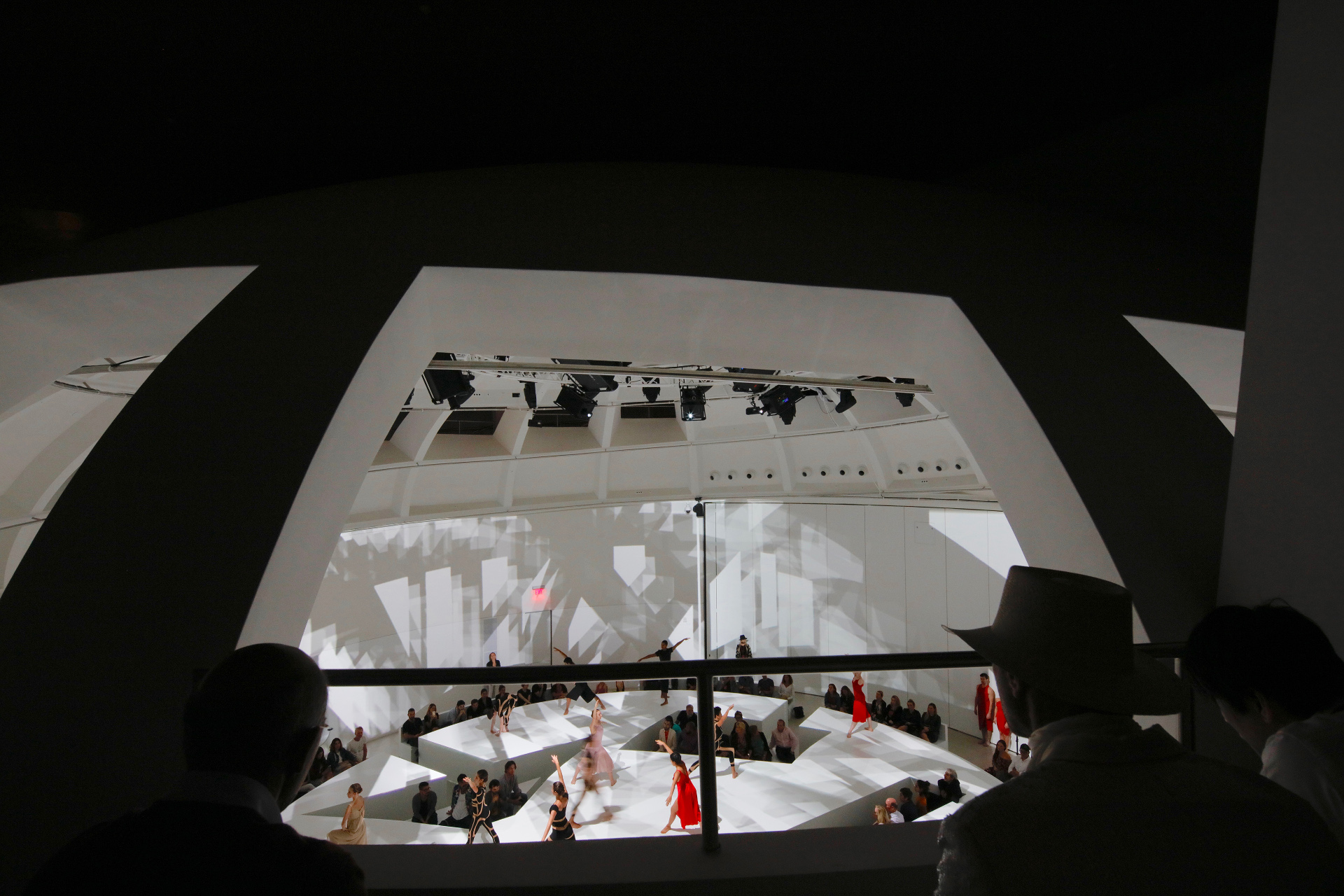 Facciata con archi di catenaria per il Faena Forum di OMA
