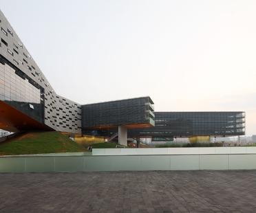 La facciata del grattacielo orizzontale di Steven Holl a Shenzhen in Cina