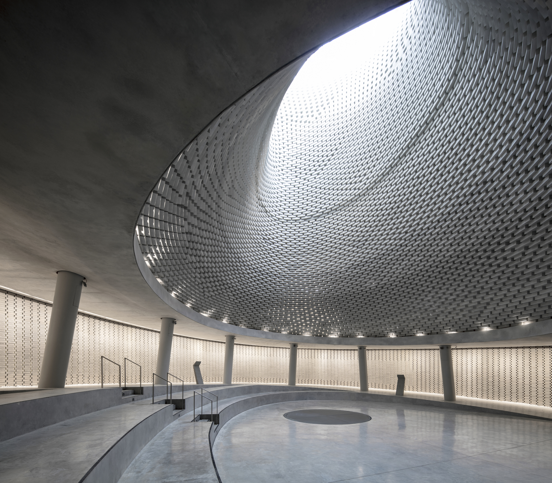 Il Mount Herzl Memorial Hall in mattoni di alluminio di Kimmel Eshkolot Architects