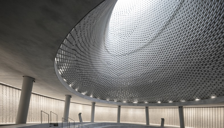 Il Mount Herzl Memorial Hall in mattoni di alluminio di Kimmel Eshkolot Architects