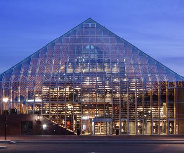 La montagna di libri piramidale di MVRDV in vetro e legno lamellare