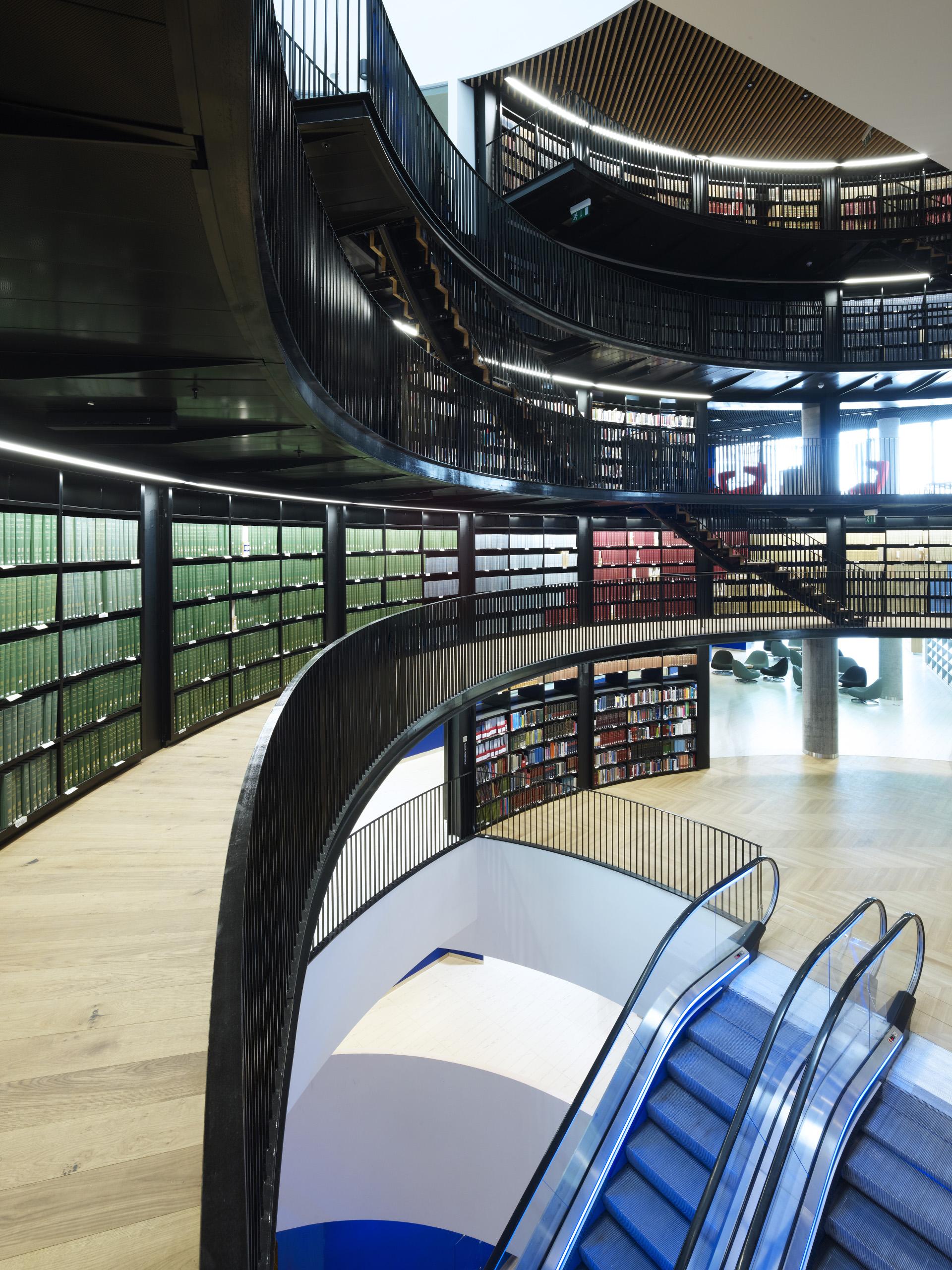 La facciata di cerchi d'acciaio della biblioteca di Birmingham dei Mecanoo
