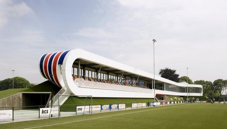 Centro sportivo di LIAG con terrapieni isolanti