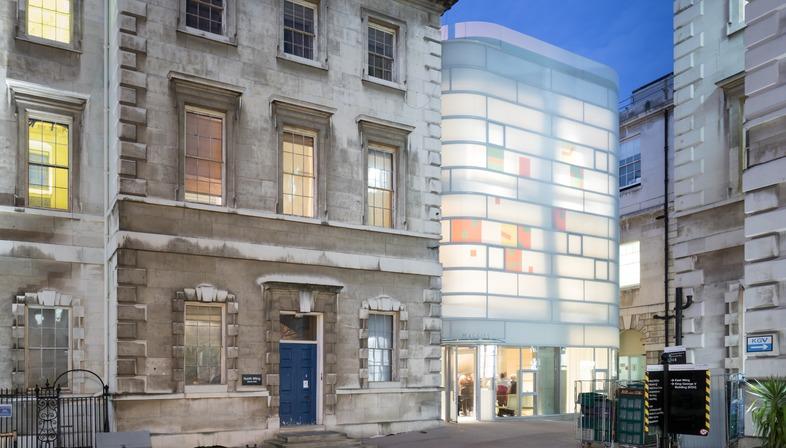 A Londra il Maggie's Centre Barts di Steven Holl è in cemento vetro e bambù
